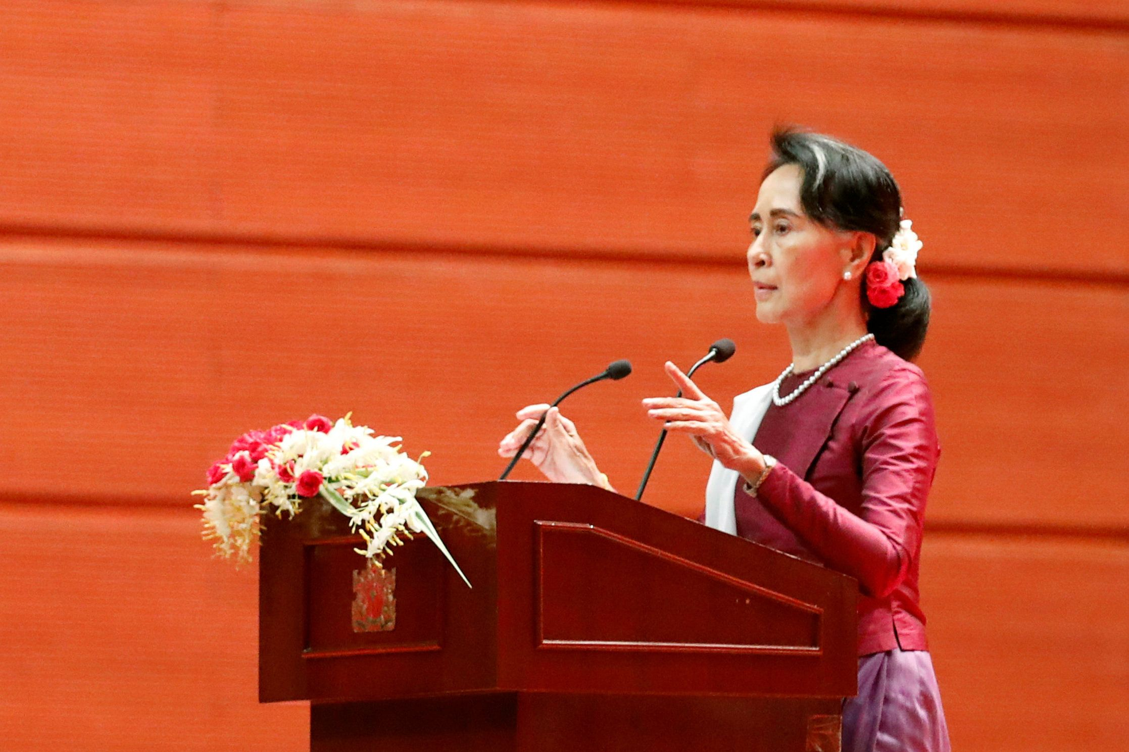 Myanmar State Counselor Aung San Suu Kyi arrives to deliver a speech to the nation over Rakhine and Rohingya situation, in Naypyitaw, Myanmar September 19, 2017. REUTERS/Soe Zeya Tun