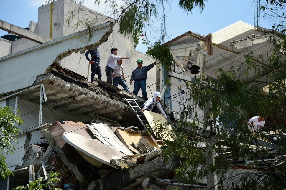 A powerful earthquake shook Mexico City on Tuesday, causing panic among the megalopolis' 20 million inhabitants on the 32nd a