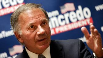 Republican presidential candidate U.S. Congressman Tom Tancredo (R-CO)  introduces a new television campaign advertisement on illegal immigration to the press at the Marriot Hotel in Des Moines, Iowa, November 12, 2007. REUTERS/Shannon Stapleton (UNITED STATES)