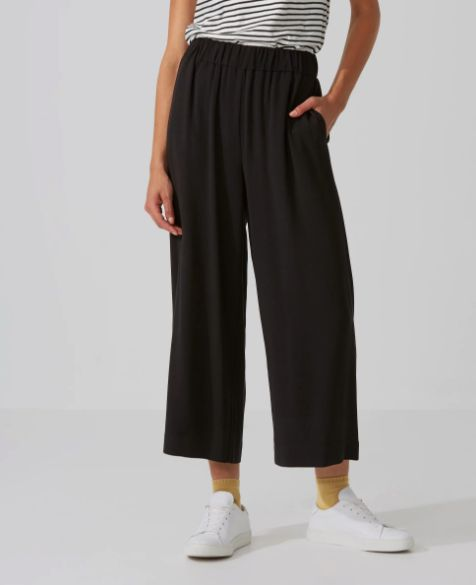 "So comfortable, so stylish. <a href=""https://www.frankandoak.com/product/69-2210033-002/crepe-wide-leg-cropped-pant-in-black"""