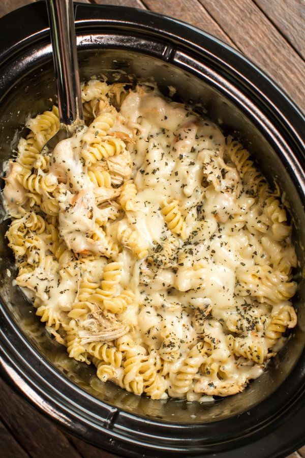 """<strong>Get the <a href=""""http://www.themagicalslowcooker.com/slow-cooker-pesto-mozzarella-chicken-pasta/"""" target=""""_blank"""">Slo"""