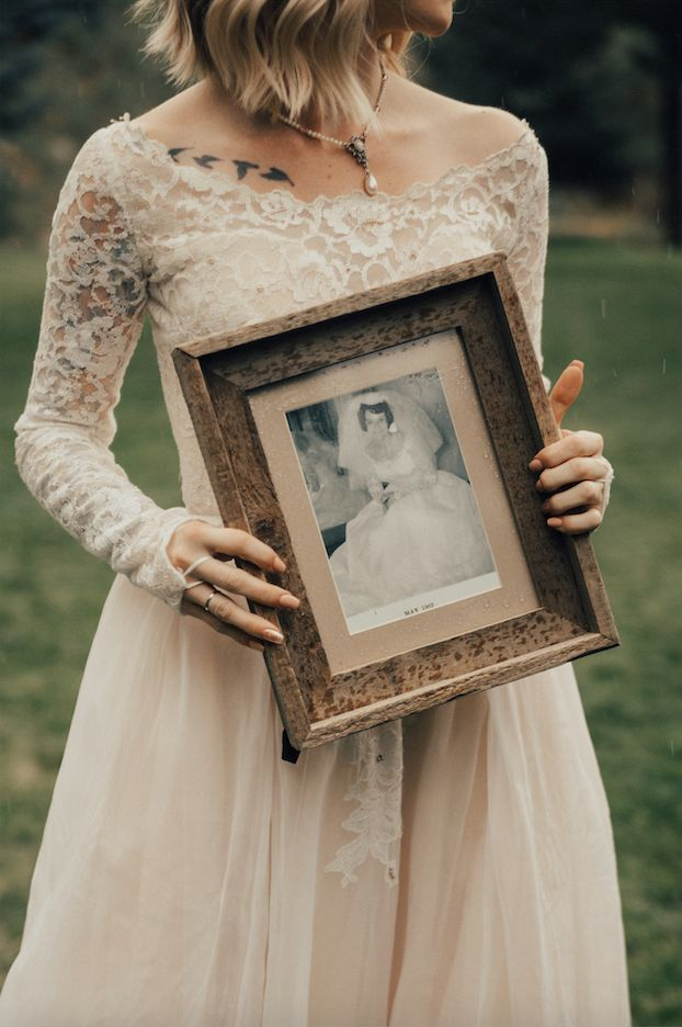 The bride held a framed photo of her grandma in the same dress.