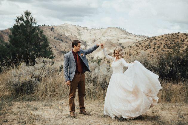 La novia posa con su marido con el eterno