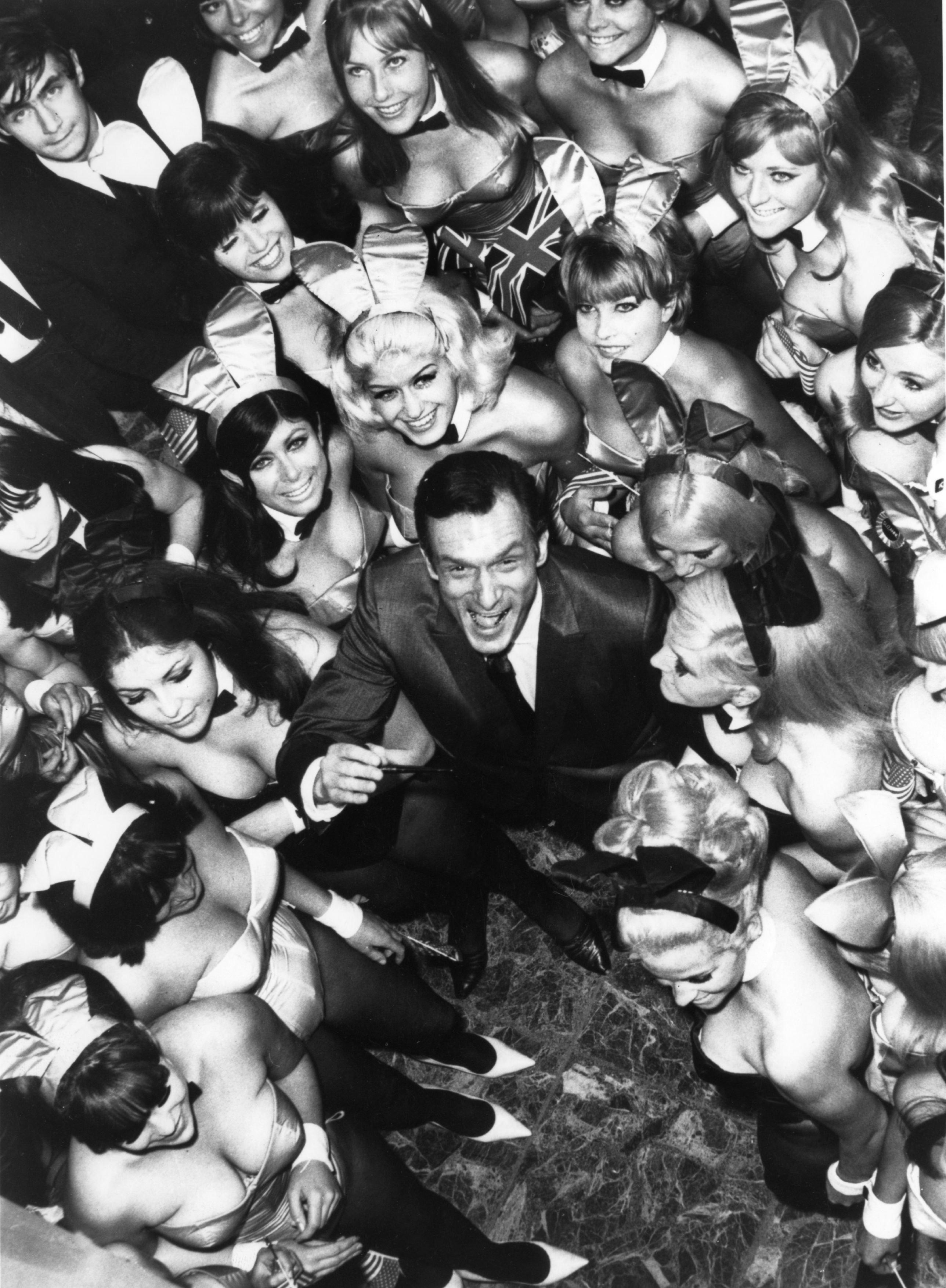 Hugh Hefner cercado por 50 de suas Coelhinhas da Playboy. Londres, 27 de junho de