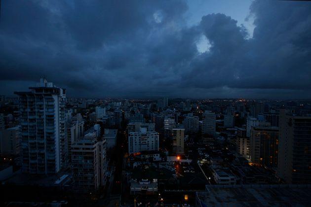 La ciudad de San Juan. Los pocos edificios que tienen luz obtienen su electricidad mediante