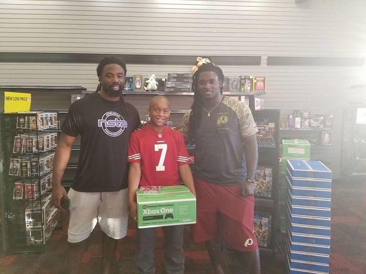 Jaden, center, with Washington Redskins playersKeith Marshall and Rob Kelley.