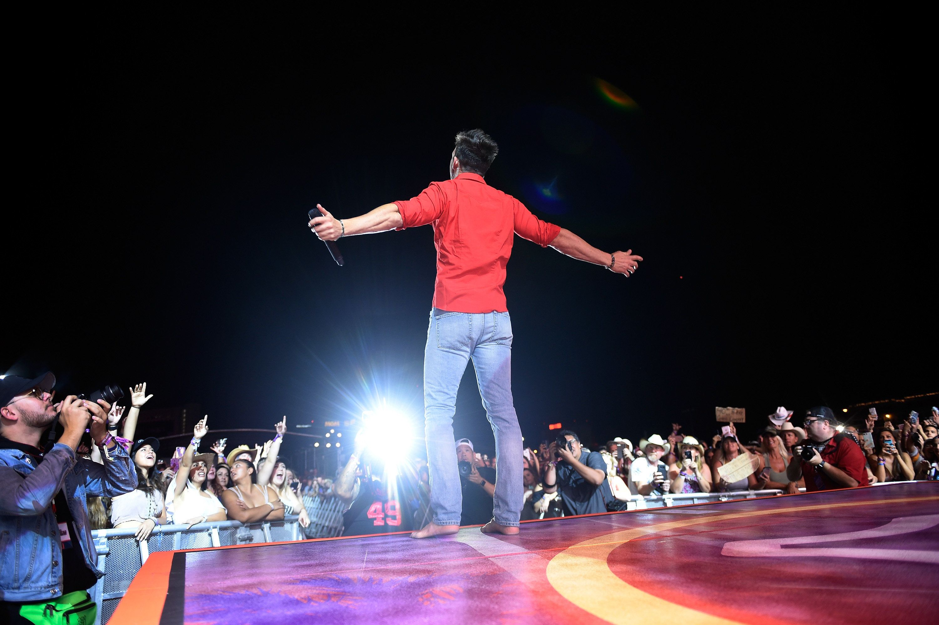 LAS VEGAS, NV - OCTOBER 01:  Recording artist Jake Owen performs during the Route 91 Harvest country music festival at the Las Vegas Village on October 1, 2017 in Las Vegas, Nevada.  (Photo by David Becker/Getty Images)