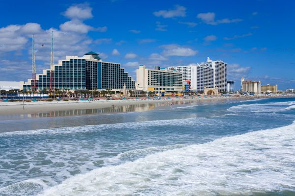 """<a href=""""https://realestate.usnews.com/places/florida/daytona-beach"""" target=""""_blank"""">Fishing, golf and race car watching</a>"""