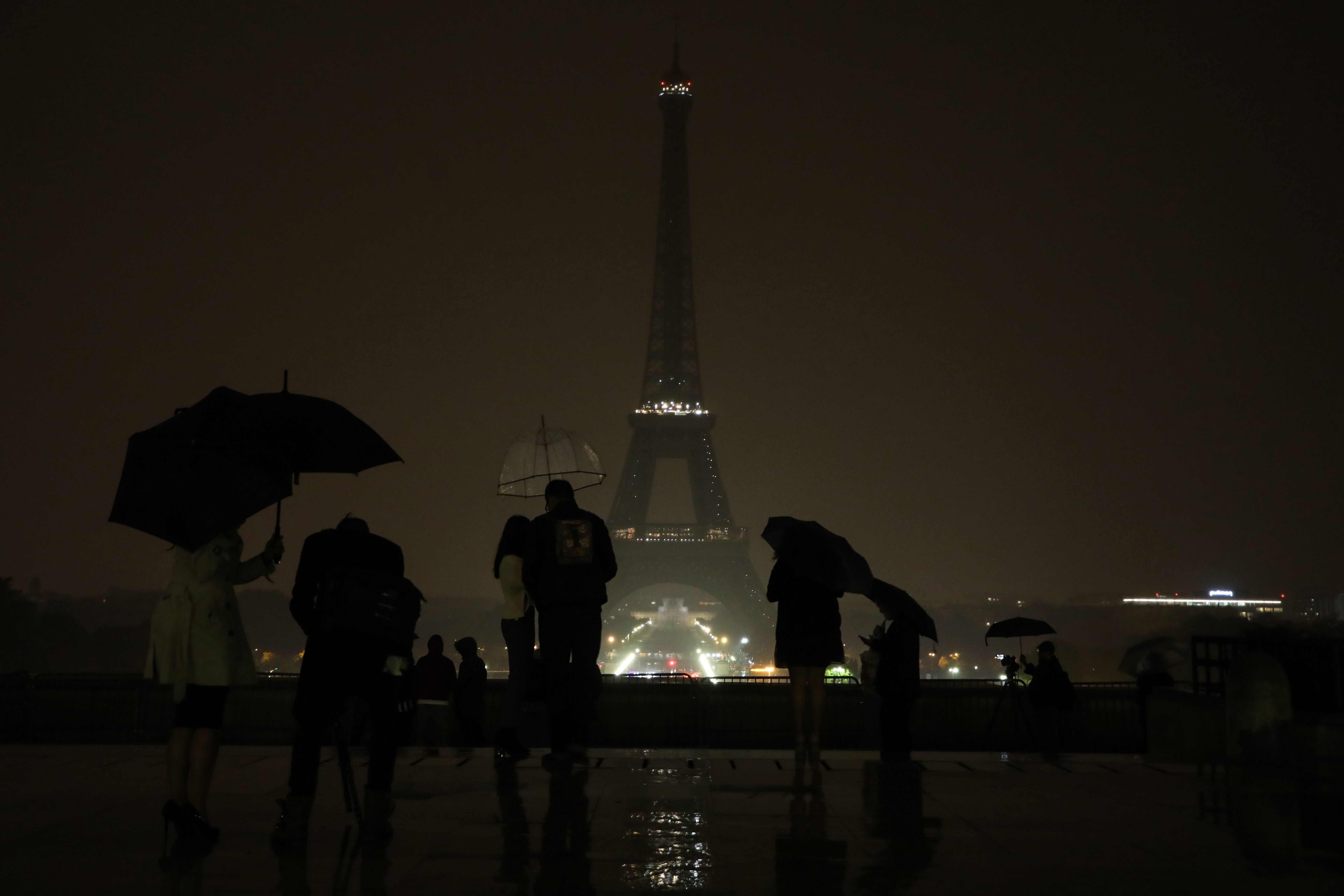 The lights of the Eiffel Tower in Paris were switched off on October 2, 2017 in tribute to the victims of the attacks in Las