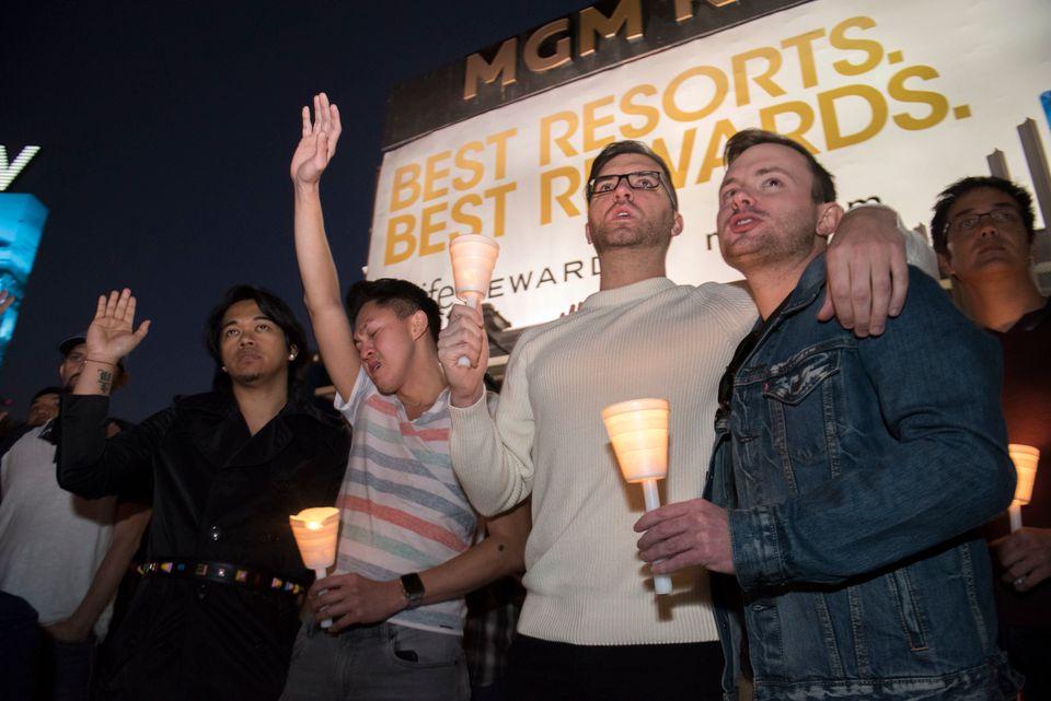 Participantes da vigília em homenagem às vítimas do