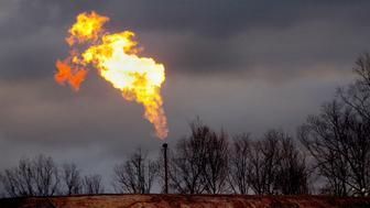A gas flare burns at a fracking site in rural Bradford County, Pennsylvania January 9, 2012.  Flaring, or burning off excess gas, can release pollutants into the air, depending on the type of gas burned and the temperature of the fire, according to environmental activist group Earthworks.  Picture taken January 9, 2012.     REUTERS/Les Stone  (UNITED STATES - Tags: ENVIRONMENT ENERGY)