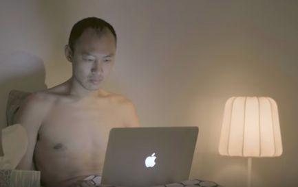 Schwarz auf asianem Porno