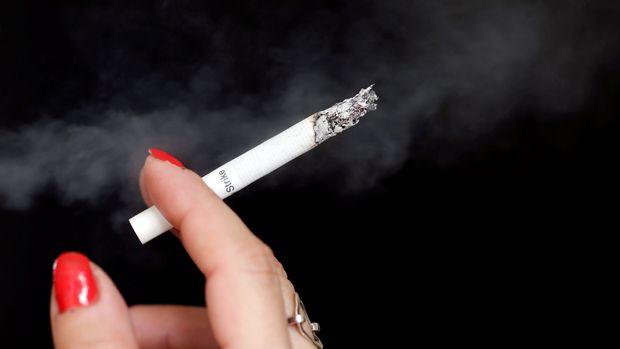 A woman smokes a cigarette in Bordeaux, France, September 19, 2017. REUTERS/Regis Duvignau