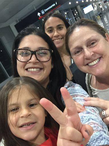 Deborah DrahusCapo (derecha) con su nieta, su hija y su sobrina en el aeropuerto de San Juan, Puerto