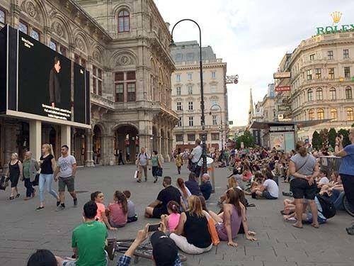 <em>Sidewalk opera (Abu-Fadil) </em>