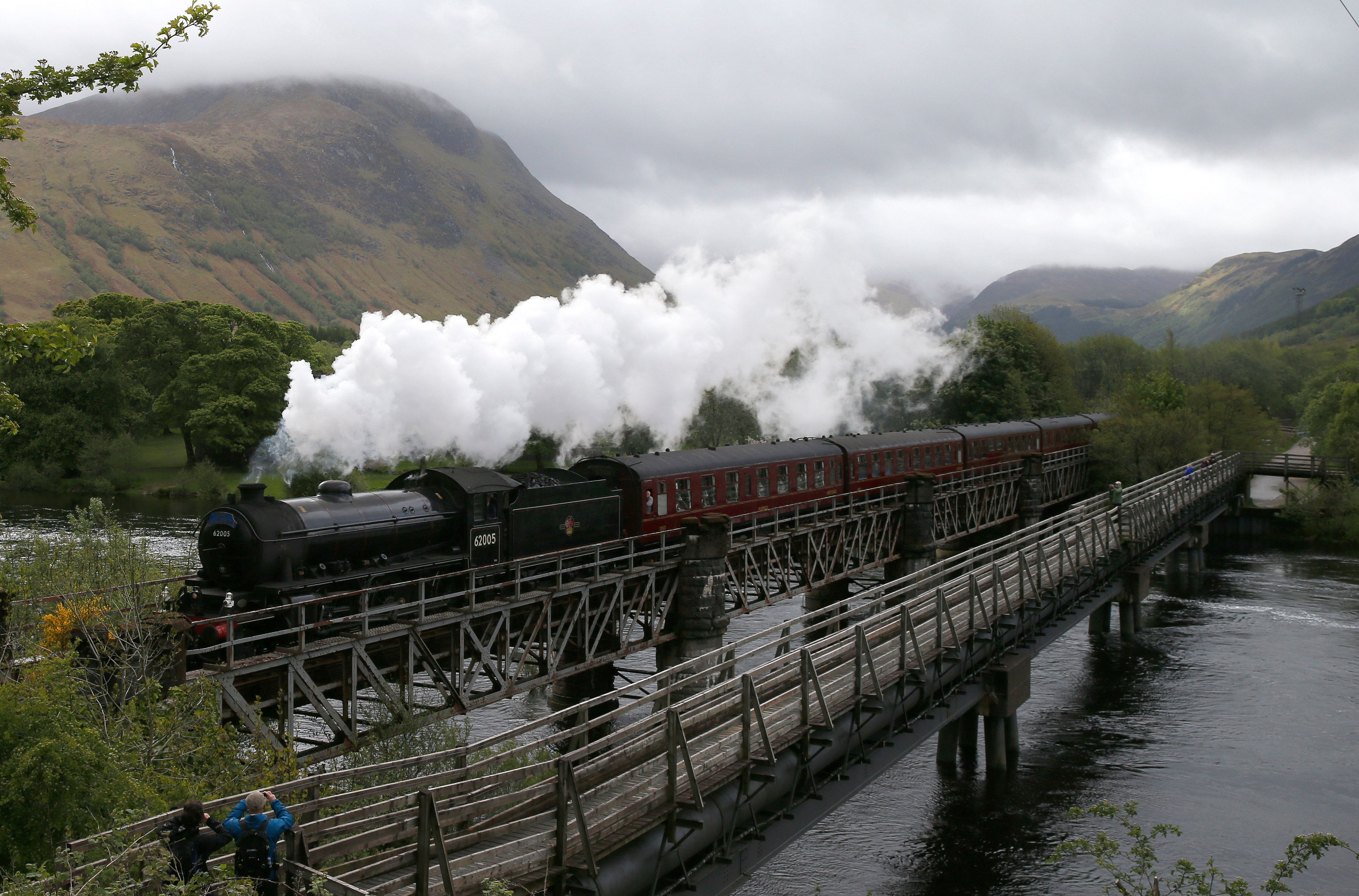 The Jacobite steam train crosses the river Lochy as it departs Fort William, Scotland.  June 2, 2015. REUTER/Russell Cheyne  TPX IMAGES OF THE DAY