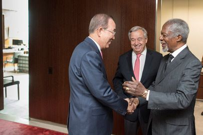 <em>Former Secretaries-General Kofi Annan (right) and Ban Ki-moon (left) greet each other while paying a courtesy call on Sec