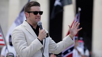 """White Nationalist and supremacist leader Richard Spencer addresses supporters as self proclaimed """"White Nationalists"""" and """"Alt-Right"""" activists gather for what they called a """"Freedom of Speech"""" rally at the Lincoln Memorial (Rear)in Washington, U.S. June 25, 2017. REUTERS/Jim Bourg"""