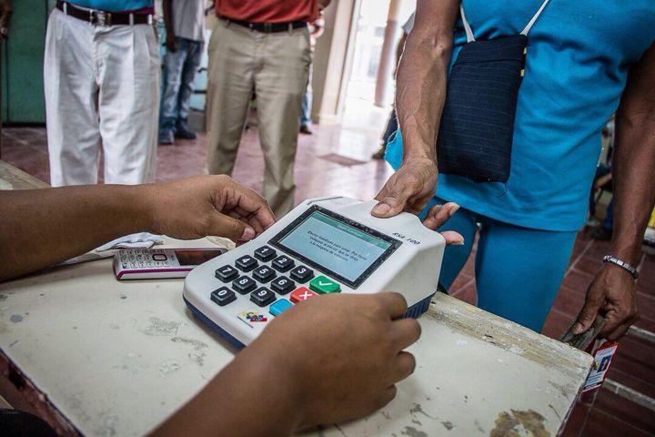 Venezuelan Presents Finger Print to Vote