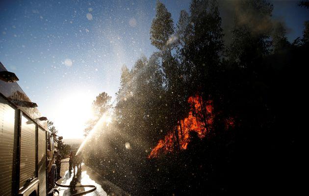 Bombeiros trabalham perto do vilarejo de Macao, perto de Castelo Branco, 17 de agosto de