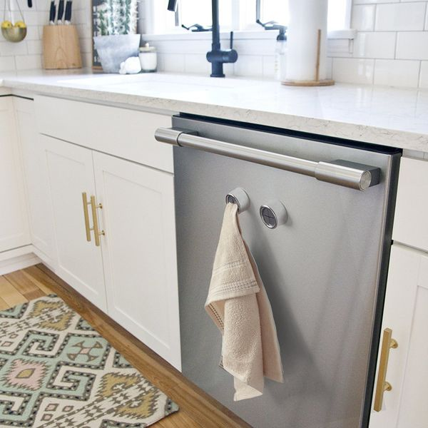 Looking for an easy way to store towels within reach, without drilling into your backsplash or draping it over the cabin