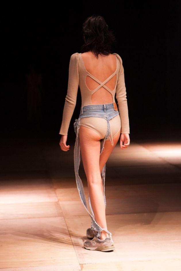 A calça não tem tecido nem na parte da frente, nem na parte de