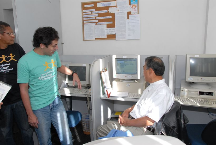 Learning about the Telehansen counseling service at the MORHAN office (Rio de Janeiro , Brazil, June 2006)