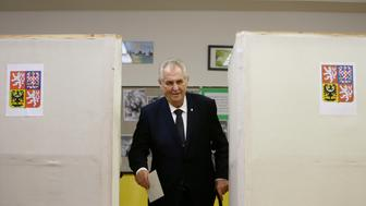 Czech President Milos Zeman casts his vote in parliamentary elections at a polling station in Prague, Czech Republic October 20, 2017.    REUTERS/David W Cerny