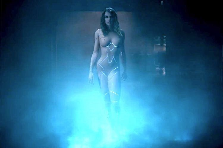 Taylor Swift Meets 'Blade Runner' In Steamy 'Ready For It' Video