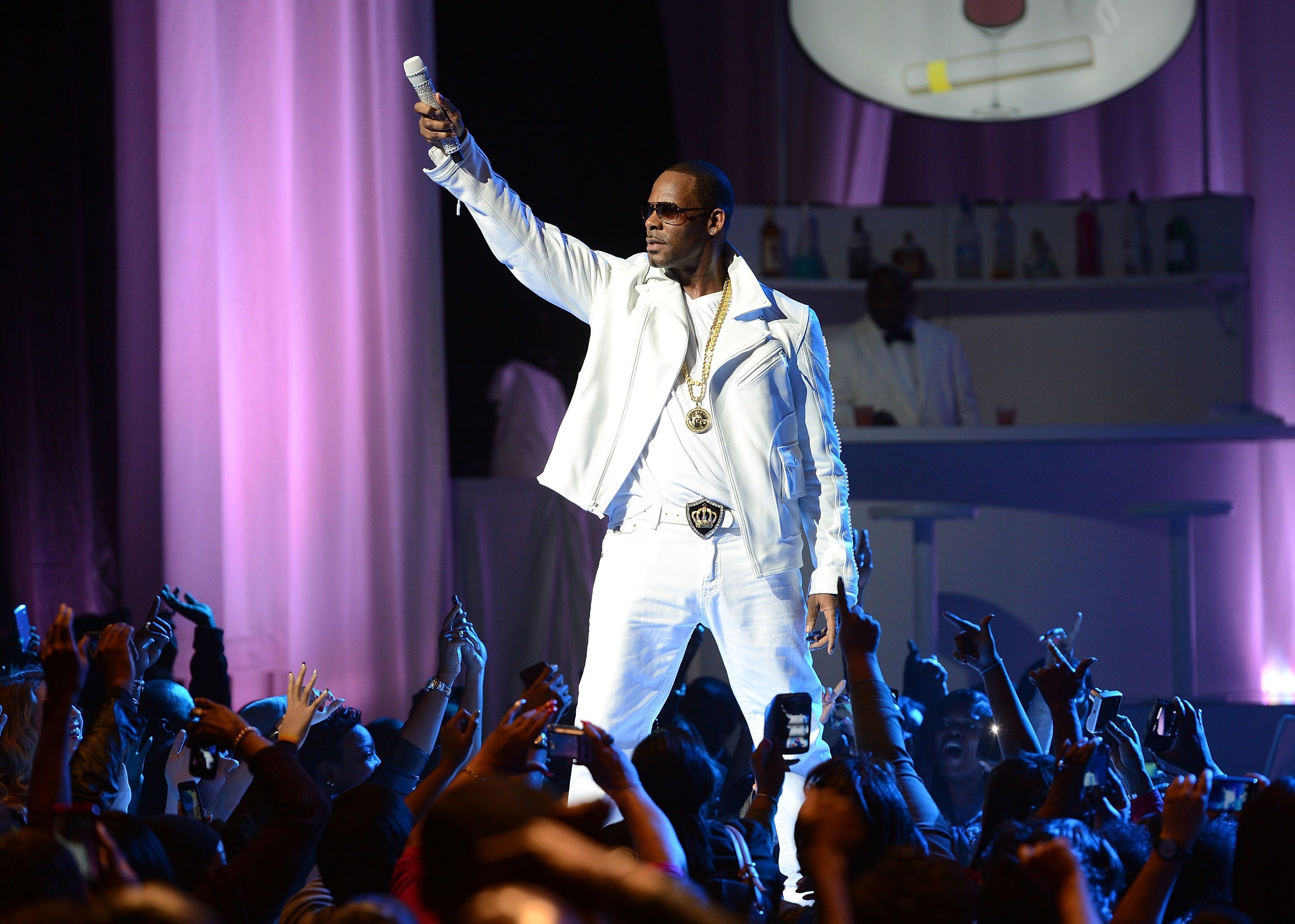 NEW YORK, NY - NOVEMBER 21:  R. Kelly performs at MSG Theater on November 21, 2012 in New York City.  (Photo by Jason Kempin/Getty Images)