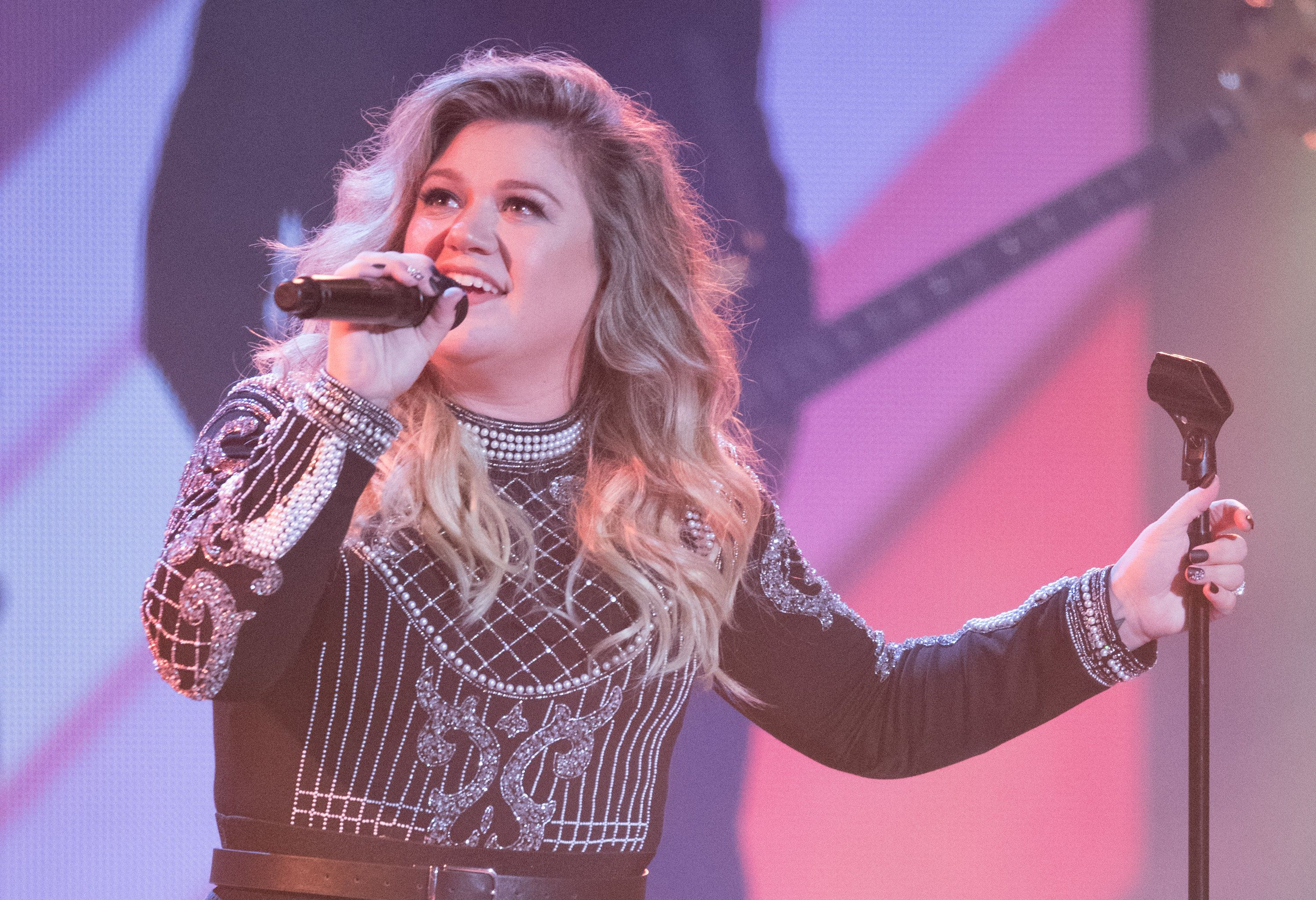 TORONTO, ON - SEPTEMBER 30:  Kelly Clarkson performs at the Closing Ceremony on day 8 of the Invictus Games Toronto 2017 on September 30, 2017 in Toronto, Canada.  The Games use the power of sport to inspire recovery, support rehabilitation and generate a wider understanding and respect for the Armed Forces.  (Photo by Samir Hussein/Samir Hussein/WireImage)