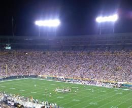 Fans cheer as the Packers play at Lambeau field. [Image: Jeff Shelters]