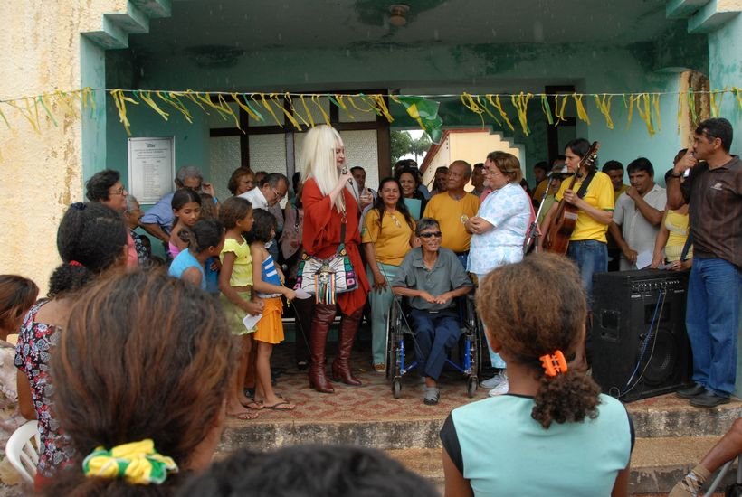 Singer and actress Elke Maravilha performing at a leprosy colony (Fortaleza, Ceará, Brazil, June 2006)