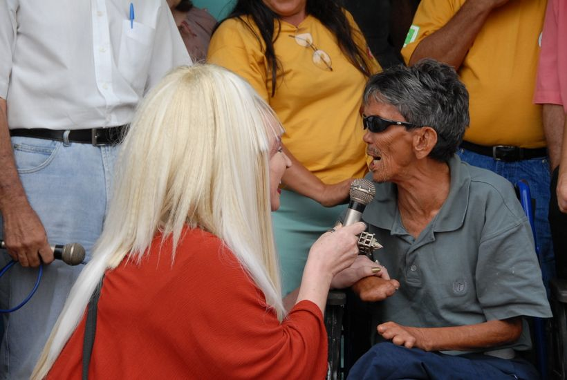 Elke Maravilha passes the microphone to a member of the audience (Fortaleza,  Ceará, Brazil, June 2006)