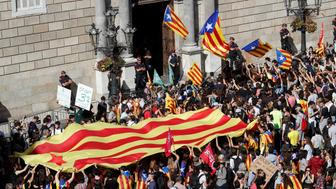 Protestors carrying Catalan seperatist flags gather outside the Generalitat Palace, the regional government headquarters,  in Barcelona, Spain, October 26, 2017.  REUTERS/Yves Herman