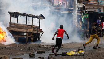 Protesters supporting opposition leader Raila Odinga, run away from police in the slum area of Mathare in the capital Nairobi, Kenya, October 26, 2017. REUTERS/Siegfried Modola