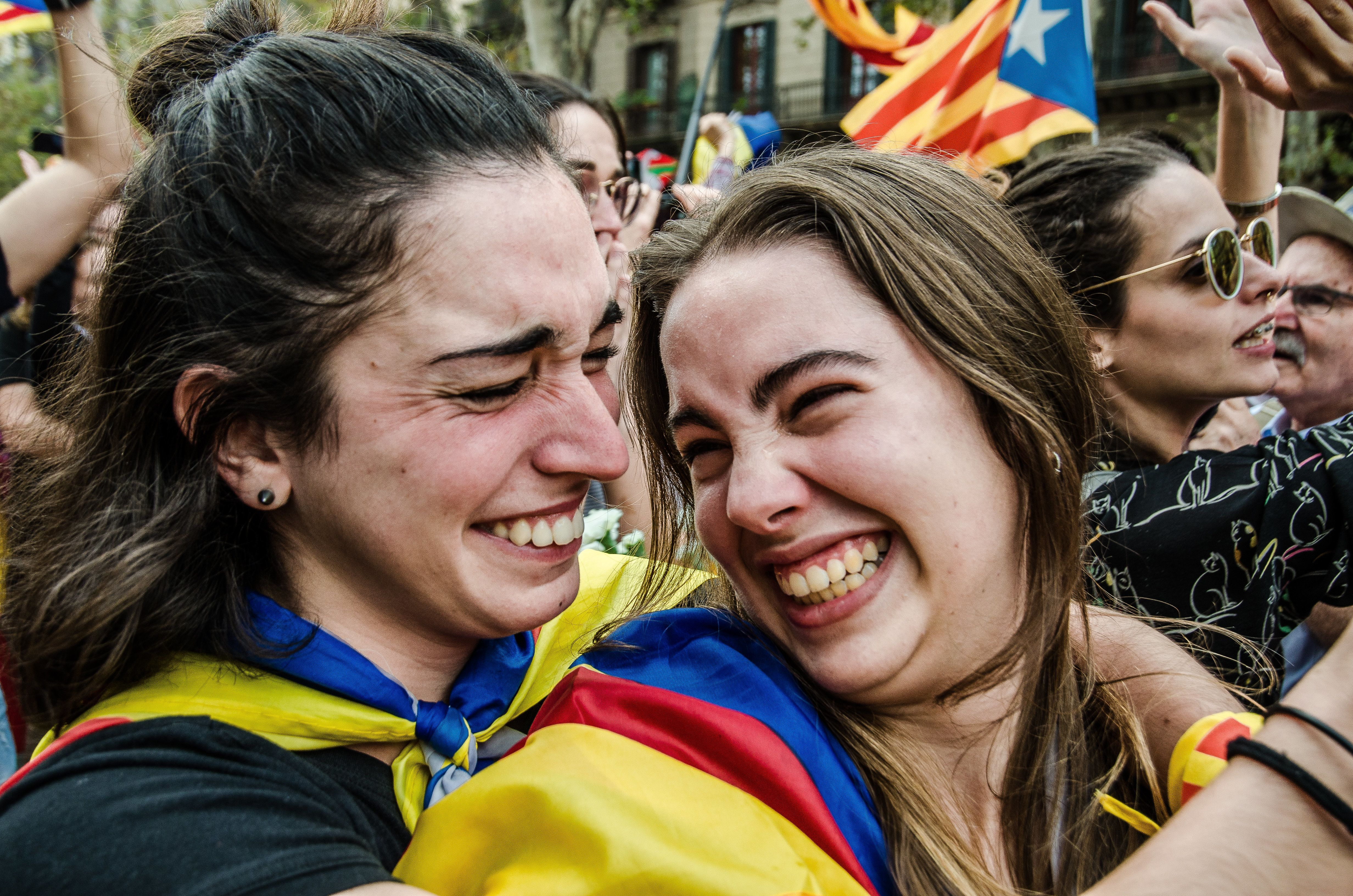 BARCELONA, CATALONIUA, SPAIN - 2017/10/27: Two pro independence supporters seen hugging each other. The public express joy and happiness following the Declaration of the Catalan Republic as they gather in front of screens which shows the live debate from the parliament. Finally, after a long morning of parliamentary debate, the pro-sovereignty majority of the Catalan Parliament wins and declares the independence of Catalonia. The constituent process of the Catalan Republic will begin. (Photo by Paco Freire/SOPA Images/LightRocket via Getty Images)