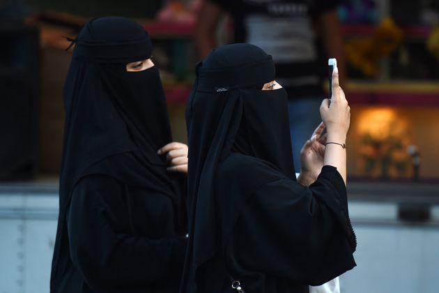 Women walk in the Saudi capital of Riyadh (file