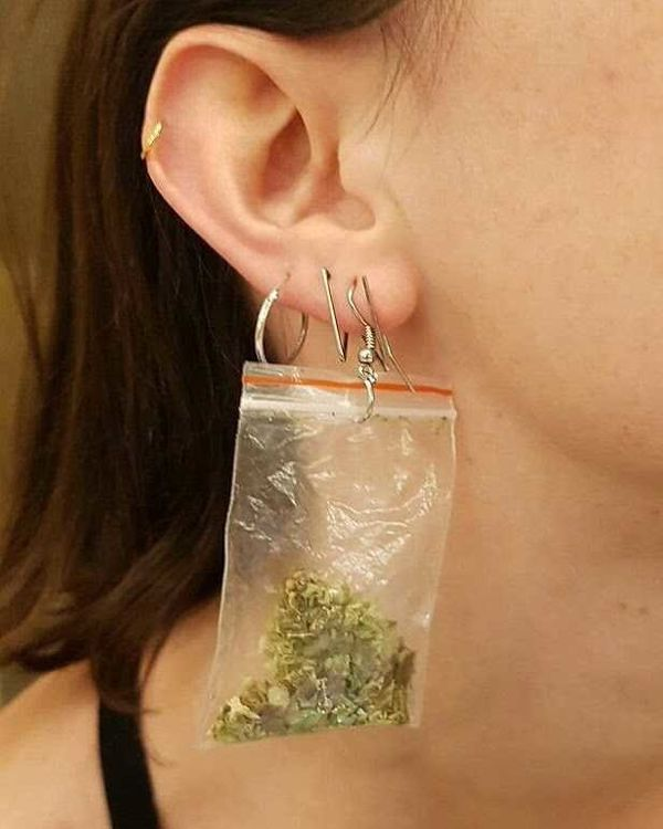"Although the baggies only contain oregano, these <a href=""https://tictail.com/marilol/weed-earring"" target=""_blank"">weed earr"