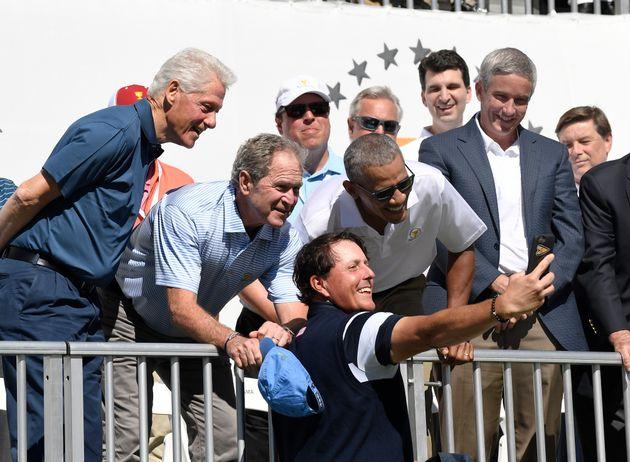 Os ex-presidentes Bill Clinton, George W Bush e Obama posam para uma selfie com o jogador de golfe Phil