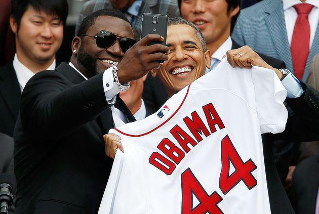 O jogador do Red Sox David Ortiz posa com Obama para uma selfie na Casa Branca em
