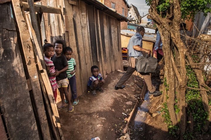 A doctor makes his way through the alleys of Antananarivo and toward the house of a plague victim. People who've been in cont