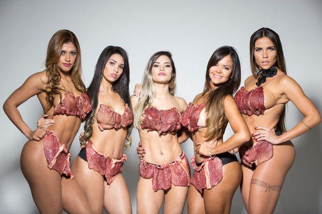Las concursantes de Miss BumBum Brasil usan 'beef-kinis' contra el acoso