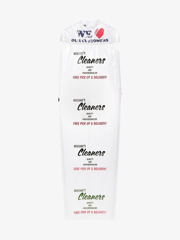 Moschino convierte un plástico de tintorería en un vestido (y lo vende por 736