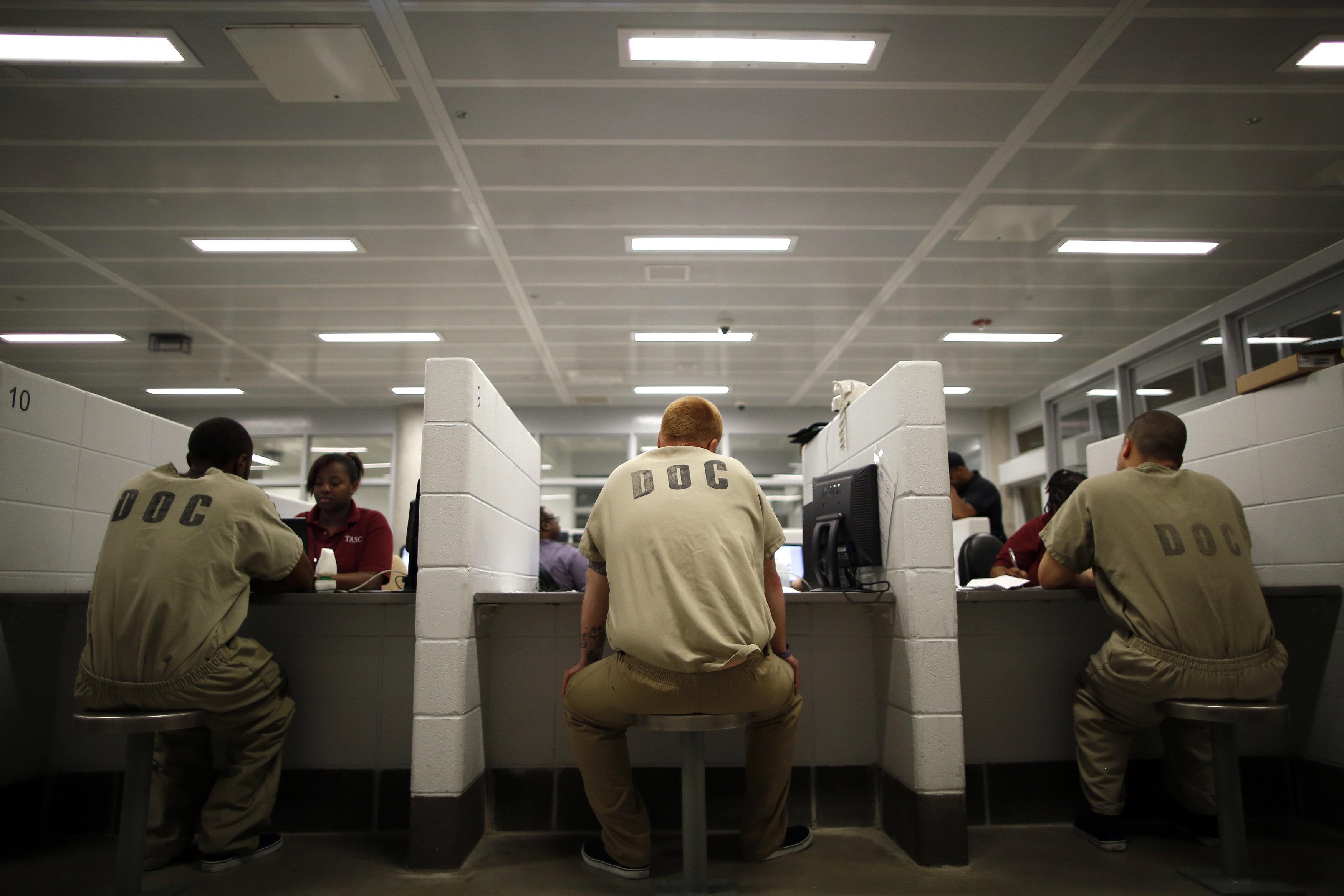 Assédio e ataques sexuais: A rotina que tem traumatizado advogadas em uma das maiores prisões dos