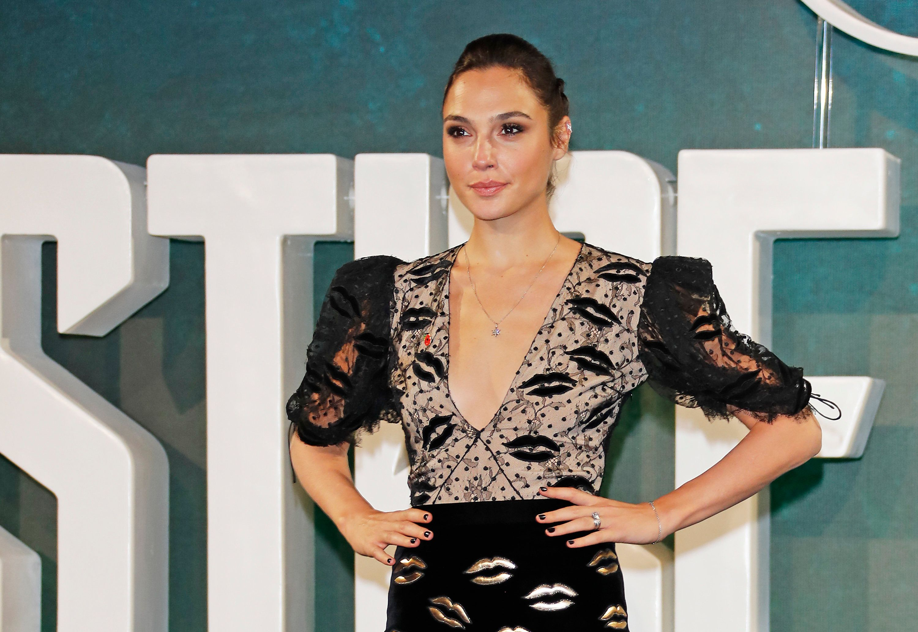 LONDON, ENGLAND - NOVEMBER 04:  Gal Gadot attends the 'Justice League' photocall at The College on November 4, 2017 in London, England.  (Photo by David M. Benett/Dave Benett/WireImage)