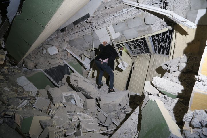 The quake also left more than 850 people injured.