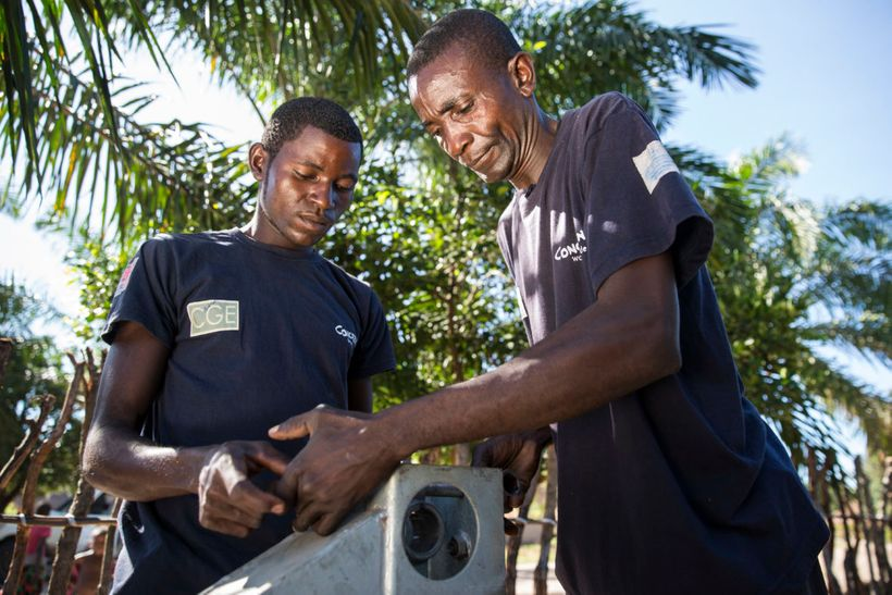 Pump technician Ilunga Wailungabje (left) and supervisor Daviens Ngoy Wangay (right) carrying out maintenance work on a water
