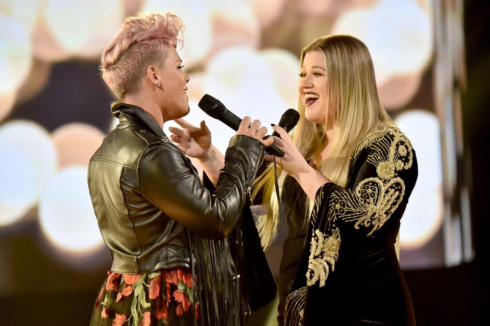 LOS ANGELES, CA - NOVEMBER 19:  Pink (L) and Kelly Clarkson onstage during the 2017 American Music Awards at Microsoft Theate