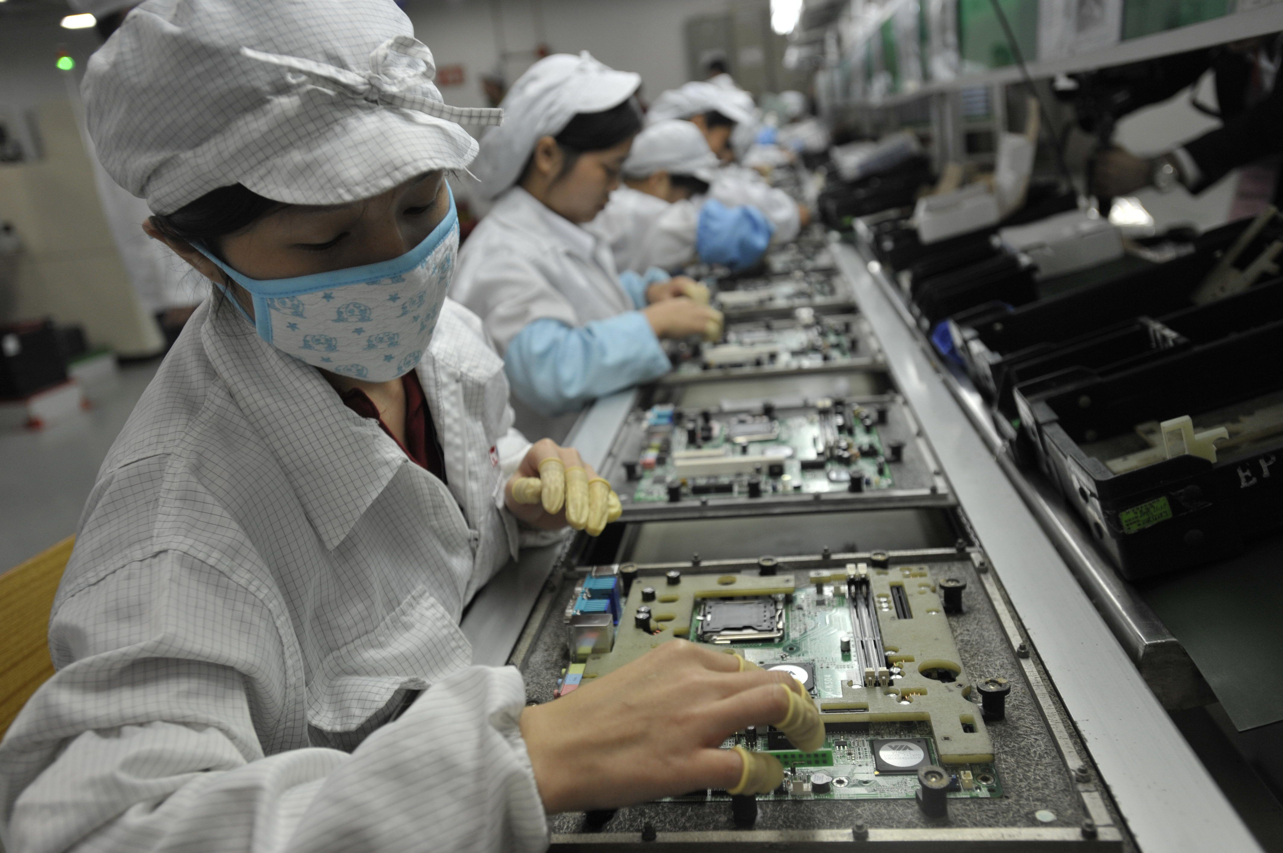 This photo taken on May 27, 2010 shows Chinese workers in the Foxconn factory in Shenzhen, in southern China's Guangdong province.  A labour rights group said on June 28, it had found 'deplorable' conditions at Apple suppliers in China, following a probe of several firms that supply the US technology giant.     CHINA OUT      AFP PHOTO        (Photo credit should read STR/AFP/GettyImages)